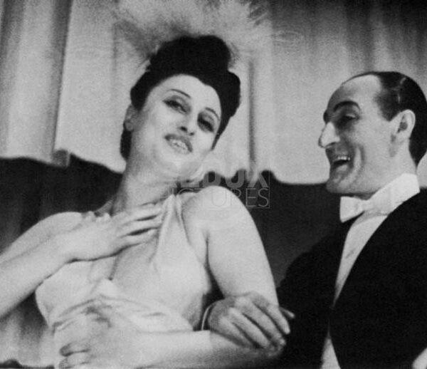 1944 , february, ROMA , ITALY : The italian movie actress ANNA  MAGNANI ( 1908 - 1973 ) with TOTO'  as Il Gag?? e la Gagarella in CHE TI SEI MESSO IN TESTA  by Michele Galdieri with Compagnia Tot?? - Magnani, music by Dan Caslar at TEATRO VALLE - TEATRO - THEATRE -   - CINEMA -  MOVIE - PORTRAIT - RITRATTO - smile - sorriso - MUSICAL - TEATRO MUSICALE DI RIVISTA ---- NOT FOR PUBBLICITARY USE ---- NON PER USO PUBBLICITARIO - ---  ARCHIVIO GBB / CONTRASTO