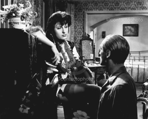 "Film "" Lo sconosciuto di Marino "" 1948 di Vittorio Cottafavi Nella foto: Anna MAGNANI in una scena del film  FARABOLAFOTO 892520 ================================= Film "" Lo sconosciuto di Marino "" (The stranger Marino) 1948 Victor Cottafavi  In pictures: Anna Magnani in a scene from the movie"