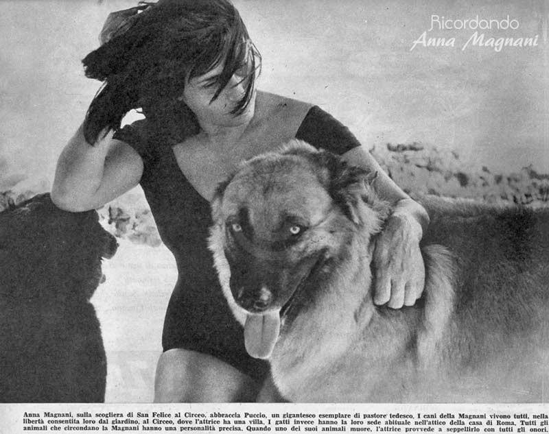Anna Magnani tra i suoi cani