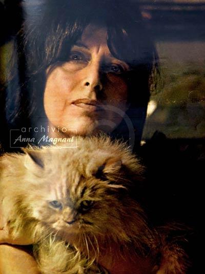 Anna Magnani con gatto